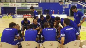Berni Álvarez dóna instruccions als seus jugadors a la pista de l'Ávila