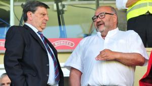 Joan Oliver, a la dreta, conversant amb el president del CF Reus, Xavier Llastarri.