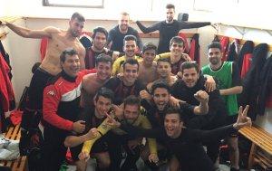 Els jugadors del CF Reus B celebren la victòria a Sant Carles de la Ràpita