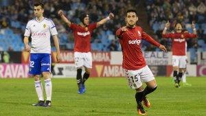 Delgado acaba de marcar, Luismi i Suzuki ho celebren en el fons