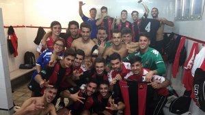 La plantilla del CF Reus B Cambrils, celebrant la victòria en el vestidor
