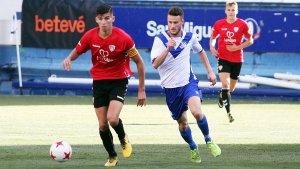 Jesús López controla la pilota davant la pressió d'un rival