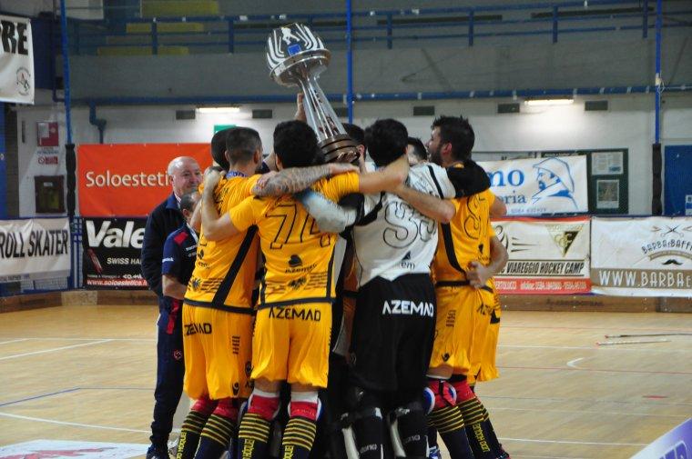 Imatge de l'Oliveirense aixecant la copa de campions.