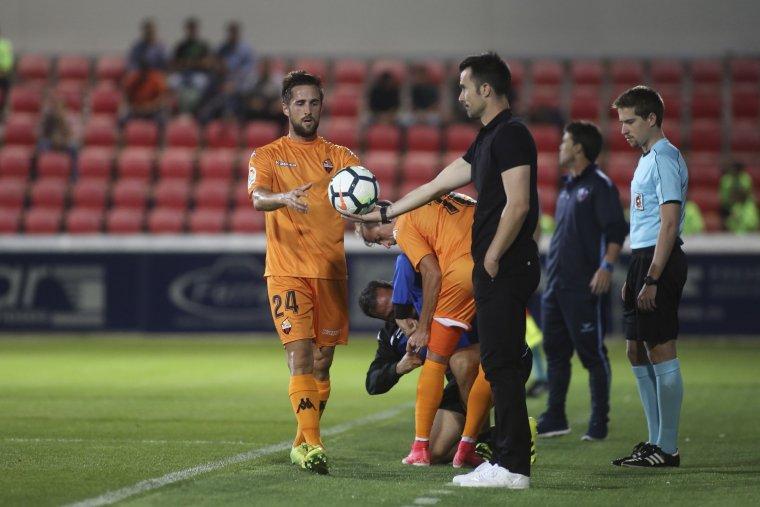 Miramón recull una pilota que li ofereix Aritz López Garai