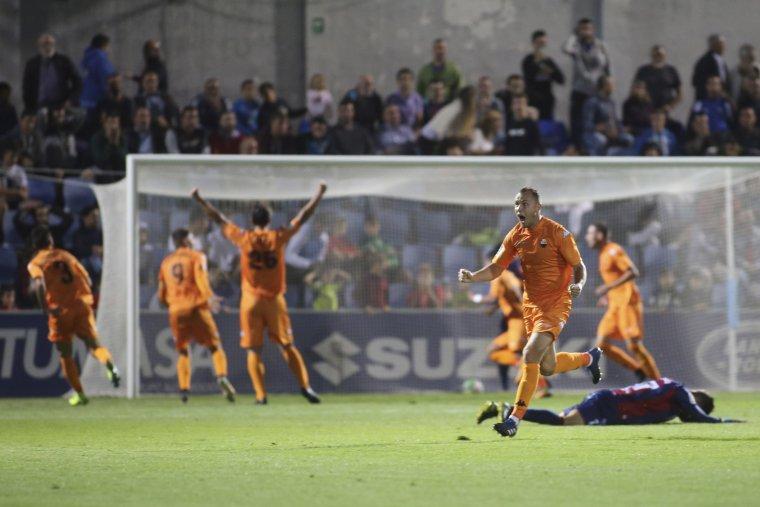 Pablo Íñiguez i tot l'equip celebra amb eufòria el golàs de Gus Ledes