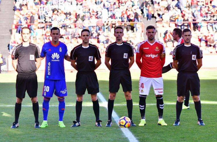 Pizarro Gómez i els seus assistents amb els capitans d'ambdós equips