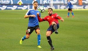 Juan Domínguez pressiona un rival per recuperar la possessió de la pilota