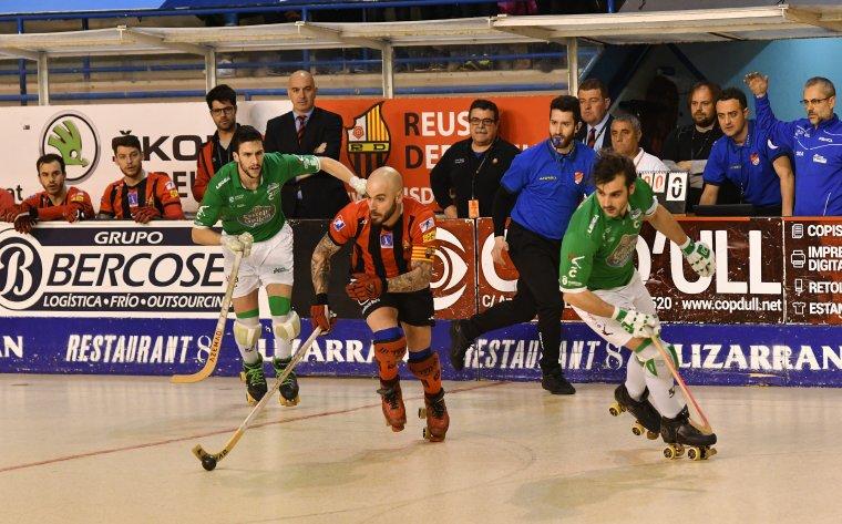 Marín intenta marxar del seu marcador davant la mirada de Jordi Garcia i la banqueta ganxeta