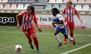 Koko (UDG Tenerife) pressiona dues jugadores de l'Atlético de Madrid