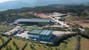 Vista aèria del centre de tractament de residus amb el dipòsit controlat al fons.