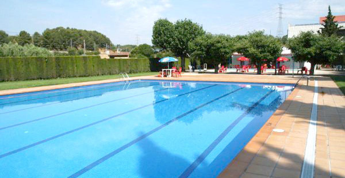 Un estudio demuestra que orinar en el agua puede comportar for Piscina municipal quart de poblet