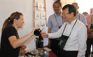 El vicealcalde de Suzhou tastant un dels trepats de Barberà de la Conca.