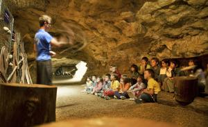 Un grup de nens a l'interior de les Coves de l'Espluga.