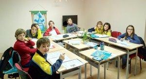Un grup d'estudiants a la nova aula.
