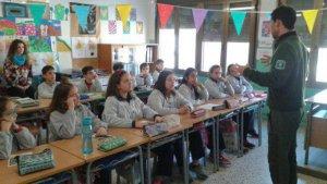 Un agent dels agents forestals donant una xerrada als alumnes de l'escola Salvador Ninot