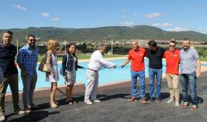 L'alcalde talla la cinta al costat del director del càmping acompanyats de regidors i el president del Consell Comarcal.