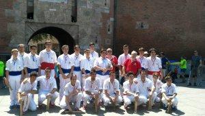 Els membres del Ball de Bastons de Montblanc que van participar en la Diada d'Adifolk de Perpinyà
