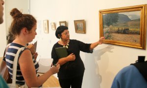 Vinyet Panyella, comissaria de l'exposició, explicant la mostra durant l'acte d'inauguració
