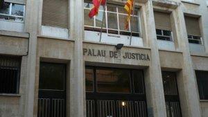 Un home i dues exparelles seves s'asseuran al banc d'acusats per nombrosos delictes d'abús sexuals.