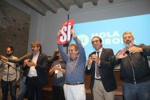 Josep Andreu, alcalde de Montblanc, amb un cartell del «Sí» al referèndum de l'1 d'octubre