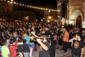 La Bandarra Street Orkestra ballant amb el públic del Festival Essències