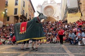 La Mulasseta de Montblanc ballant davant la Catedral de Tarragona
