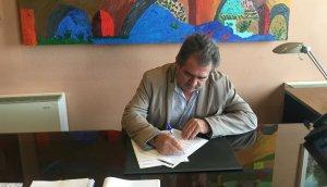 L'alcalde de Montblanc signant el document.