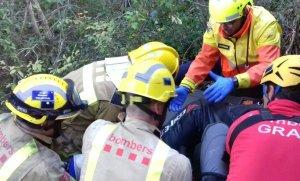 Imatge dels serveis d'emergència actuant amb el ferit.