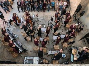 L'orquestra en un concert a Senan.