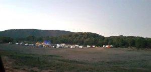 Vista dels vehicles i les carpes al Mas d'en Xup aquest cap de setmana.