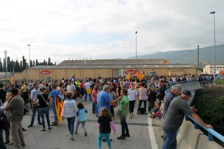 Centenars de persones tallen l'N-240 i la C-14.