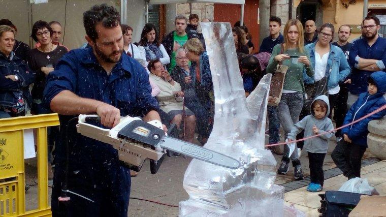 Escultura de gel amb forma de porró.