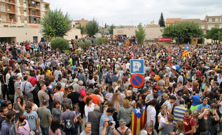 Milers de persones a la plaça del Mercat de Sarral aquest diumenge.