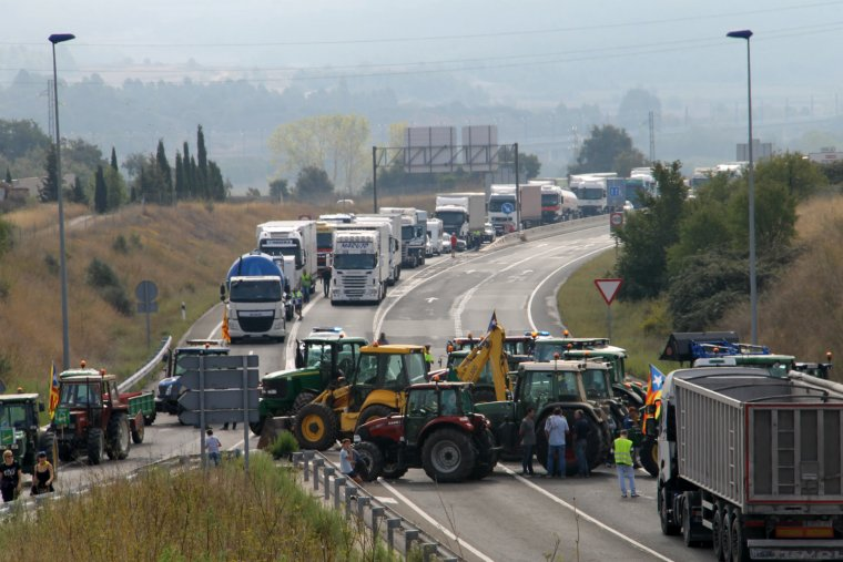 Tractors i maquinària tallaven les carreteres a Montblanc.