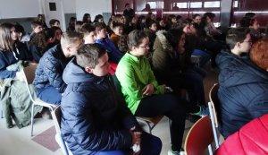 Alumnes de l'Institut Joan Amigó i Callau escoltant la xerrada