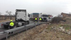 Els tres camions han quedat al mig de la via.