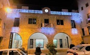 Nous llums de Nadal a la façana de l'Ajuntament de Vimbodí i Poblet.
