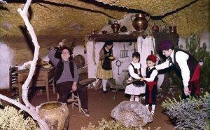 Una escena a l'interior de la Cova de la Font Major.