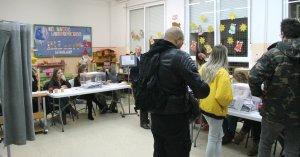 Votants fent cua en una de les meses de l'Espluga de Francolí aquest vespre.
