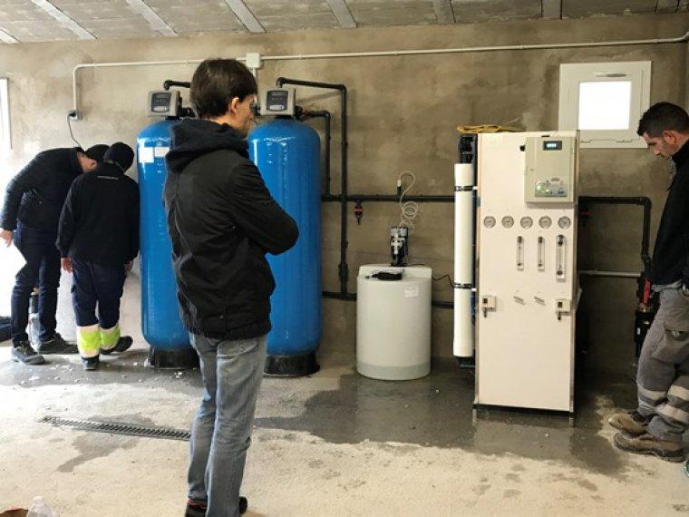 La instal·lació ha comportat la construcció d'un magatzem, a on s'ha procedit a instal·lar un equip de bombeig.
