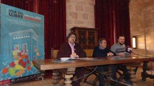 El responsable de la Vila del Llibre, Enric Bono, l'alcalde de Montblanc, Pep Andreu i el regidor de Cultura, Jordi Albalat i durant la presentació de la segona edició a Montblanc.
