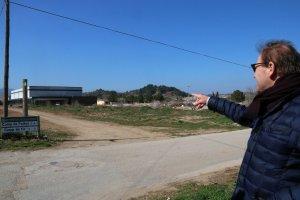 L'alcalde de l'Espluga de Francolí, David Rovira, senyalant la zona de creixement prevista al municipi, el pla parcial Milmanda.