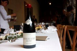 Primer pla del vi Tossal de la Salut del grup Codorníu a la seva presentació.