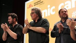 Gabriel Rufián, Joan Tardà i Oriol Junqueras aplaudint en sortir a valorar els resultats del 26-J per Esquerra.