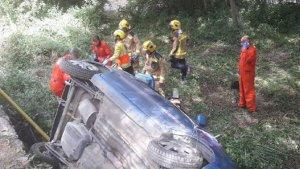 Imatge dels Bombers alliberant a la dona ferida en l'accident.