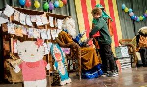 Un nen recull el seu regal del Rei Melcior a Ulldemolins.