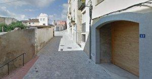 El carrer Bonaventura Pascó de Falset, escenari del mural que pintaran l'artista Erb Mon i els joves de Falset