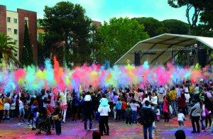 La festa Holi hindú de l'esplai se celebrarà una setmana més tard