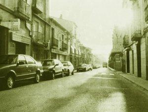 El carrer Sant Ramon amb cotxes aparcats i transitable