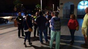 Agents de Mossos i Policia Local parlen amb Elvi Vila, el regidor demòcrata Marc Costa i altres independentistes